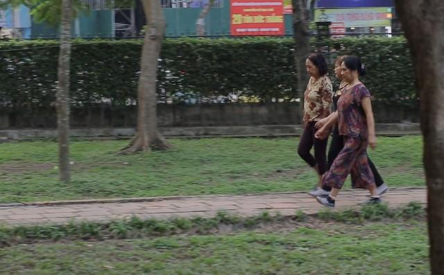 Clip người Hà Nội nói về thói quen đi bộ: Ngồi máy tính 8 tiếng nhưng đi bộ 1 tiếng, thậm chí cả ngày không đi - Ảnh 4.