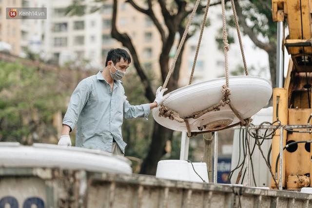 Clip bức xúc: Nhiều người dừng xe giữa đường phố Hà Nội mót hoa trang trí, lãnh đạo Công ty Công viên cây xanh lên tiếng - Ảnh 12.