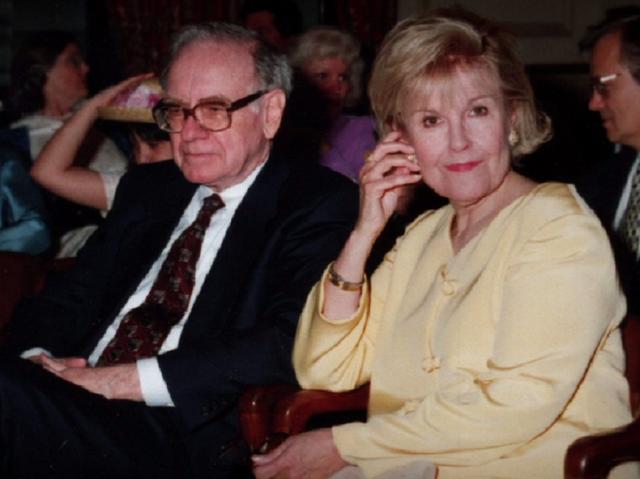 [Vợ tỷ phú] Warren Buffett: Vợ là một trong những người thầy vĩ đại nhất của tôi - Ảnh 1.