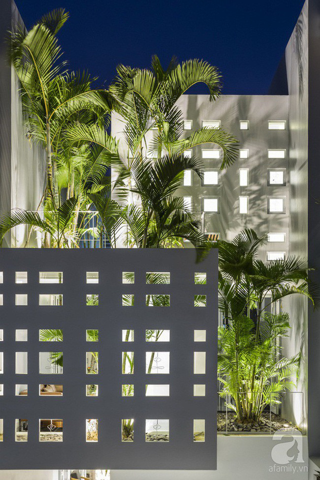 Nhờ thiết kế 300 ô cửa sổ, ngôi nhà hướng Tây ở Nha Trang luôn ngập tràn ánh sáng và gió mát - Ảnh 1.