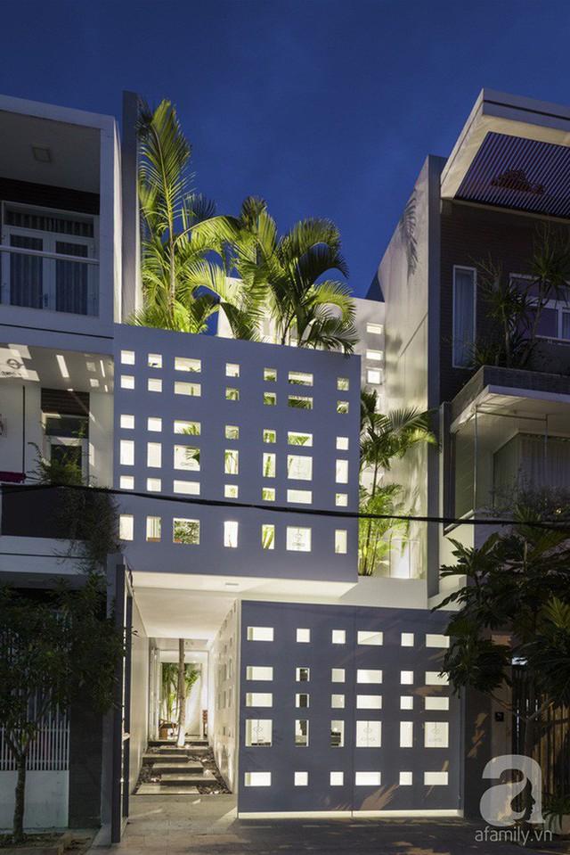 Nhờ thiết kế 300 ô cửa sổ, ngôi nhà hướng Tây ở Nha Trang luôn ngập tràn ánh sáng và gió mát - Ảnh 2.