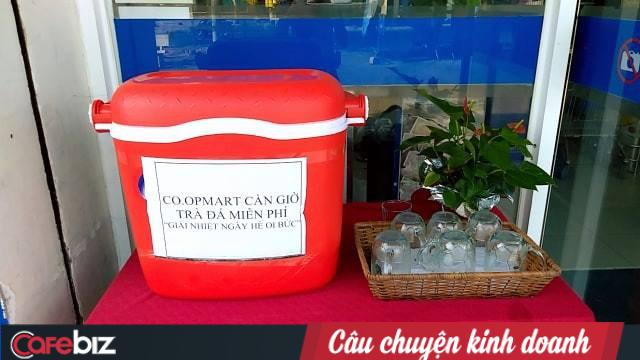 Một đại gia bán lẻ Việt dùng lá chuối thay nilon bọc thực phẩm, free nước lạnh/trà đá cho khách hàng những ngày nắng nóng - Ảnh 2.
