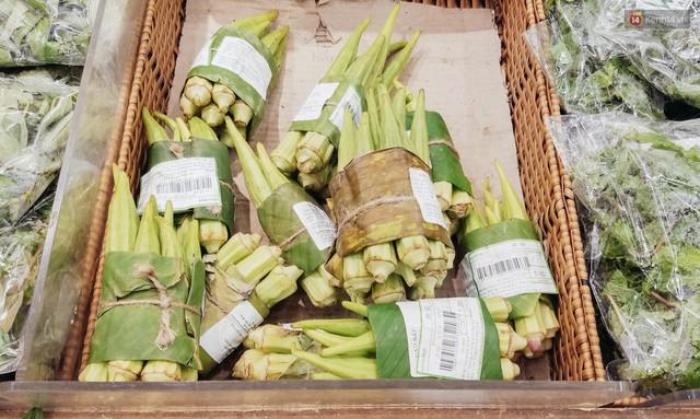 Một siêu thị lớn ở Sài Gòn đã dùng lá chuối bọc thực phẩm, khách hàng nhìn mà ưng con mắt! - Ảnh 2.