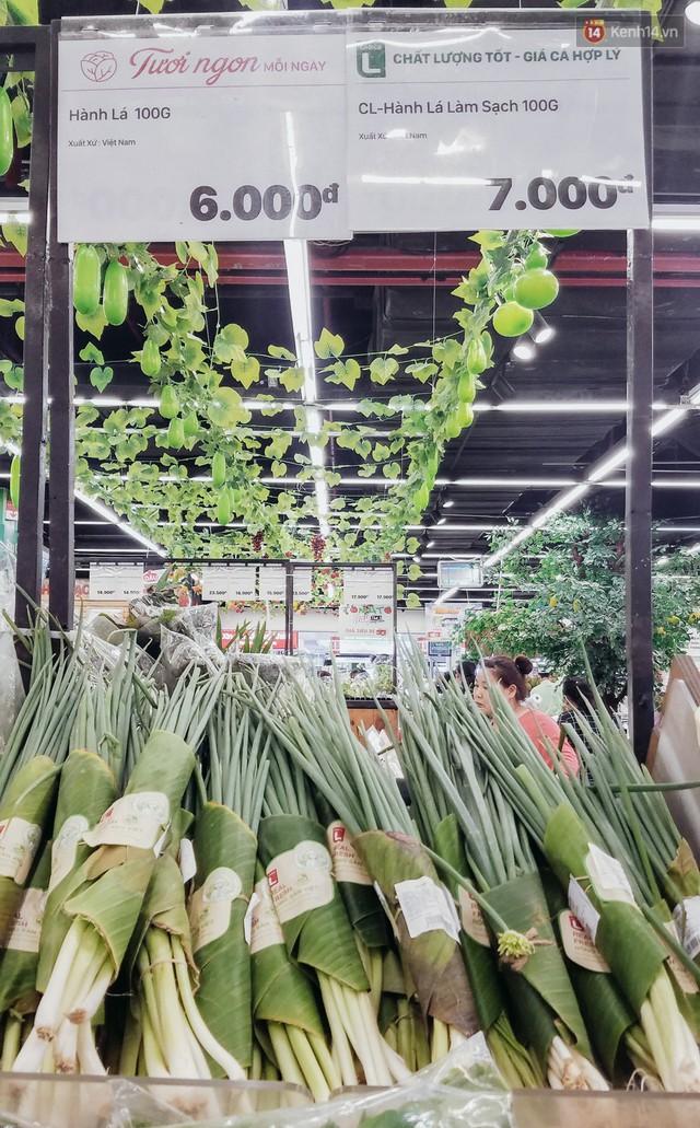 Một siêu thị lớn ở Sài Gòn đã dùng lá chuối bọc thực phẩm, khách hàng nhìn mà ưng con mắt! - Ảnh 4.