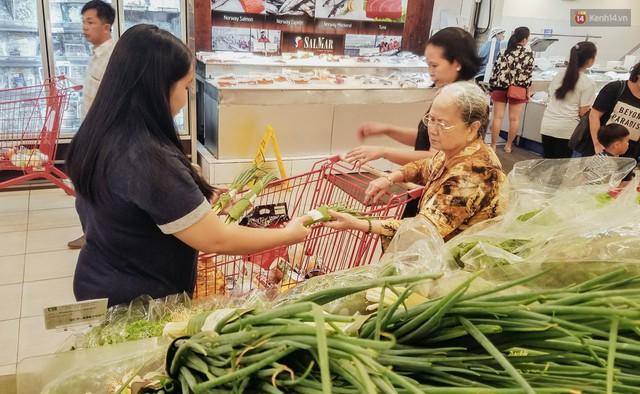 Một siêu thị lớn ở Sài Gòn đã dùng lá chuối bọc thực phẩm, khách hàng nhìn mà ưng con mắt! - Ảnh 7.