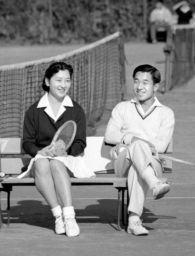 Chuyện tình lãng mạn 60 năm của Vua và Hoàng hậu Nhật Bản: Dù bao năm đi nữa vẫn vui vẻ chơi tennis cùng nhau - Ảnh 3.