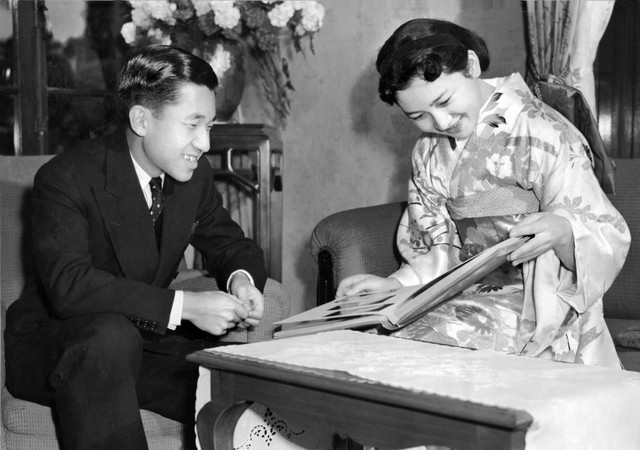 Chuyện tình lãng mạn 60 năm của Vua và Hoàng hậu Nhật Bản: Dù bao năm đi nữa vẫn vui vẻ chơi tennis cùng nhau - Ảnh 4.
