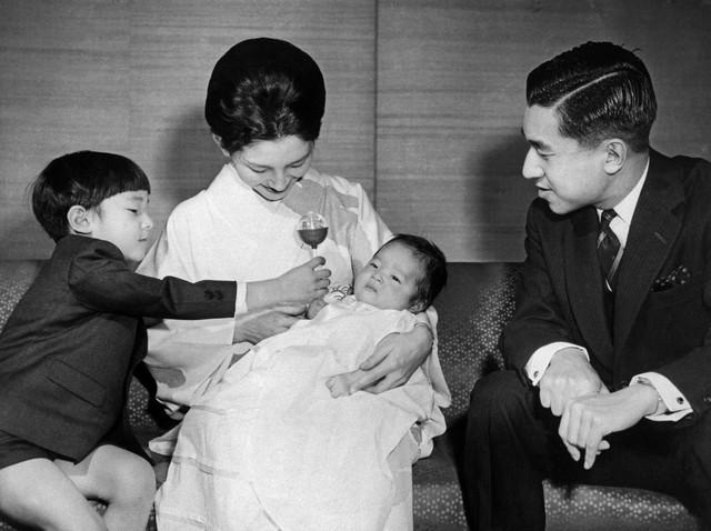 Chuyện tình lãng mạn 60 năm của Vua và Hoàng hậu Nhật Bản: Dù bao năm đi nữa vẫn vui vẻ chơi tennis cùng nhau - Ảnh 7.