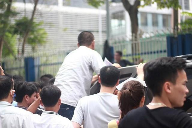 Cận cảnh người dân rồng rắn, quỳ gối làm visa Hàn Quốc - Ảnh 7.