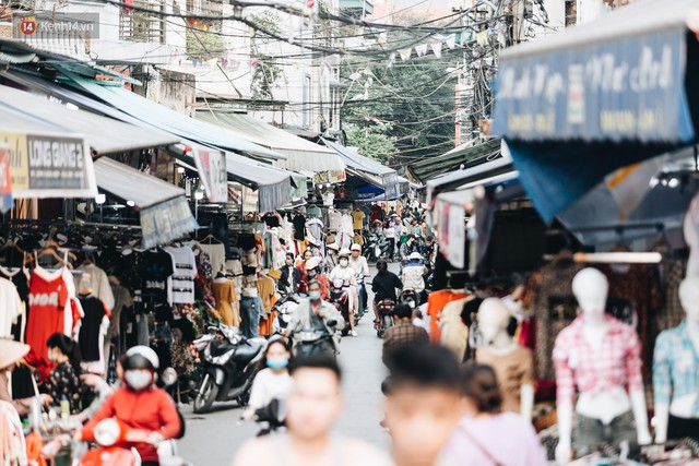 Ở Hà Nội, có góc phố hàng nghìn chân dài đứng ngay ngắn, nghiêm túc nhưng đôi khi khiến người ta hết hồn - Ảnh 2.