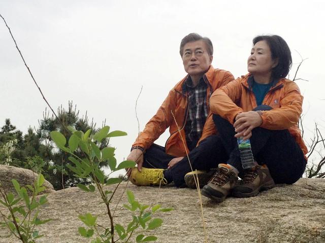 Mối tình lãng mạn của Tổng thống Hàn Quốc và vợ: Từ giảng đường đến chính trường, hơn 40 năm dài vẫn nắm chặt tay nhau - Ảnh 12.
