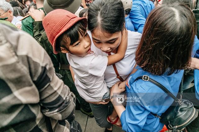 Chùm ảnh: Em nhỏ hoảng sợ khóc thét, được người nhà lôi kéo chen chúc giữa biển người tiến vào đền Hùng - Ảnh 11.