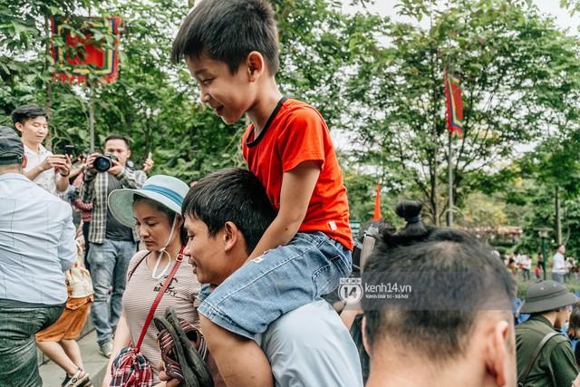 Chùm ảnh: Em nhỏ hoảng sợ khóc thét, được người nhà lôi kéo chen chúc giữa biển người tiến vào đền Hùng - Ảnh 14.