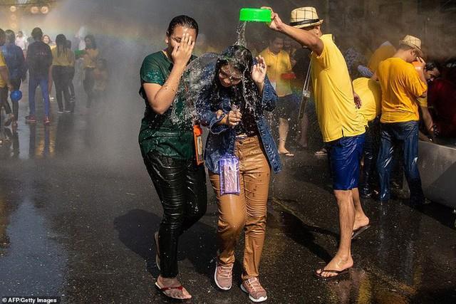 Songkran 2019: Bangkok bùng nổ với các màn té nước vui hết nấc, người dân Yangon lại té xà phòng độc đáo - Ảnh 14.