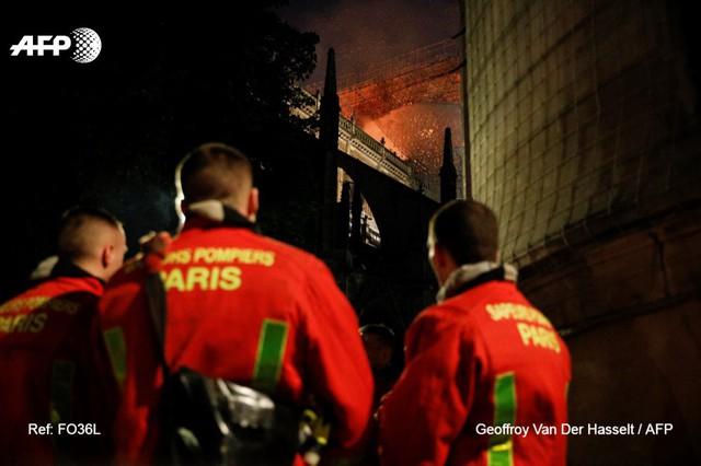 Lính cứu hoả Paris - Những người hùng thức trắng đêm, không màng nguy hiểm để cứu lấy Nhà thờ Đức Bà trong biển lửa - Ảnh 2.
