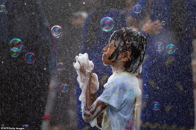 Songkran 2019: Bangkok bùng nổ với các màn té nước vui hết nấc, người dân Yangon lại té xà phòng độc đáo - Ảnh 12.