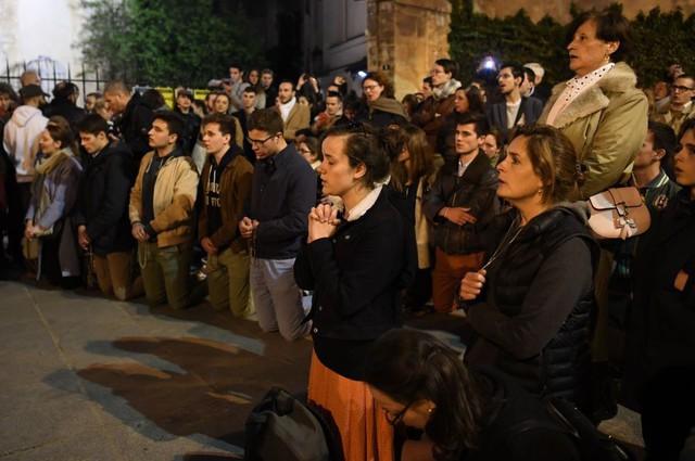 Người dân đau đớn nhìn ngọn lửa dữ dội trước mắt: Paris mà không có Nhà thờ Đức Bà thì không còn là Paris nữa - Ảnh 14.
