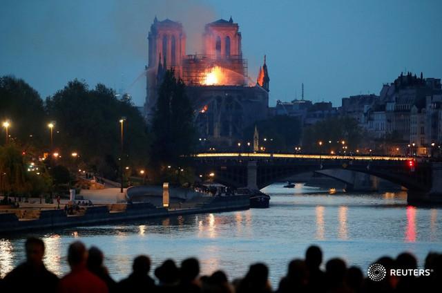 Người dân đau đớn nhìn ngọn lửa dữ dội trước mắt: Paris mà không có Nhà thờ Đức Bà thì không còn là Paris nữa - Ảnh 15.