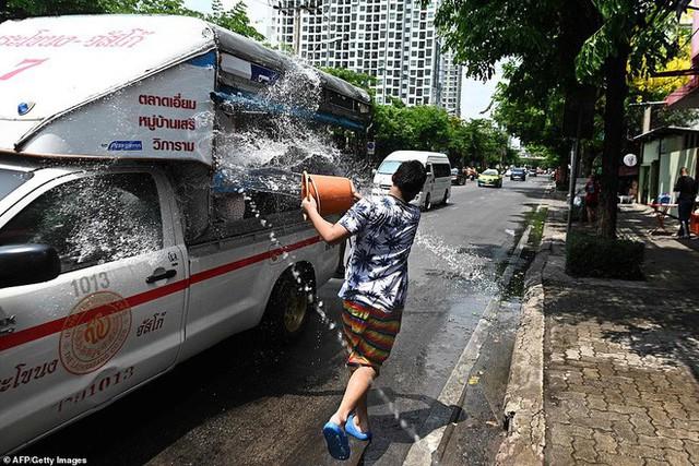 Songkran 2019: Bangkok bùng nổ với các màn té nước vui hết nấc, người dân Yangon lại té xà phòng độc đáo - Ảnh 15.