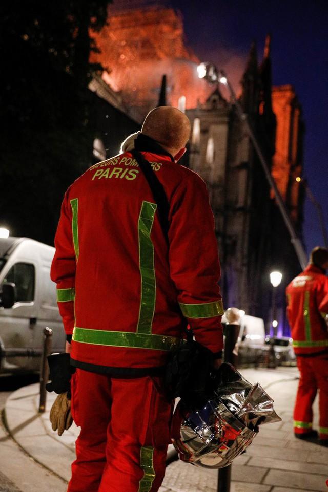 Lính cứu hoả Paris - Những người hùng thức trắng đêm, không màng nguy hiểm để cứu lấy Nhà thờ Đức Bà trong biển lửa - Ảnh 3.