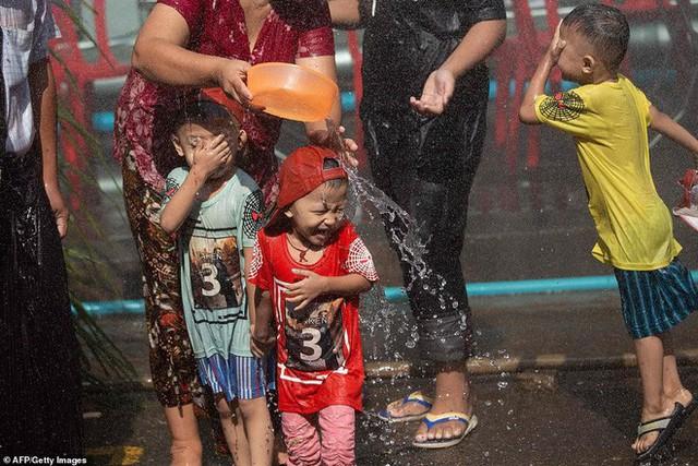 Songkran 2019: Bangkok bùng nổ với các màn té nước vui hết nấc, người dân Yangon lại té xà phòng độc đáo - Ảnh 16.