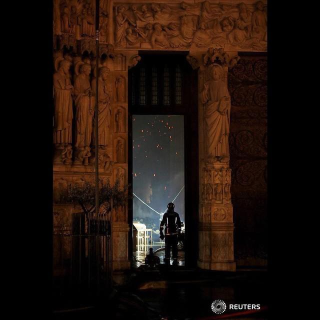 Lính cứu hoả Paris - Những người hùng thức trắng đêm, không màng nguy hiểm để cứu lấy Nhà thờ Đức Bà trong biển lửa - Ảnh 4.