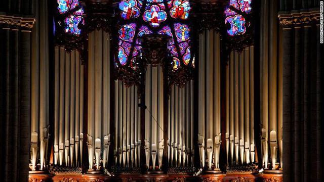 Những bảo vật vô giá của Nhà thờ Đức Bà may mắn sống sót qua vụ cháy chấn động thế giới - Ảnh 4.