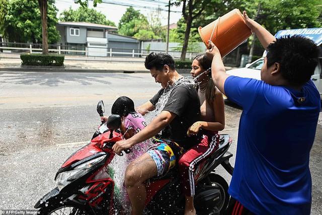 Songkran 2019: Bangkok bùng nổ với các màn té nước vui hết nấc, người dân Yangon lại té xà phòng độc đáo - Ảnh 17.
