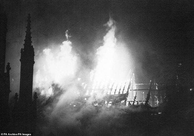 4 công trình lịch sử tại châu Âu từng bị quỷ lửa tấn công như Nhà thờ Đức Bà Paris - Ảnh 5.