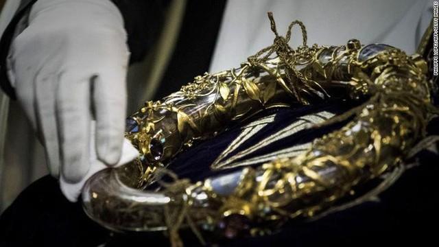 Những bảo vật vô giá của Nhà thờ Đức Bà may mắn sống sót qua vụ cháy chấn động thế giới - Ảnh 6.