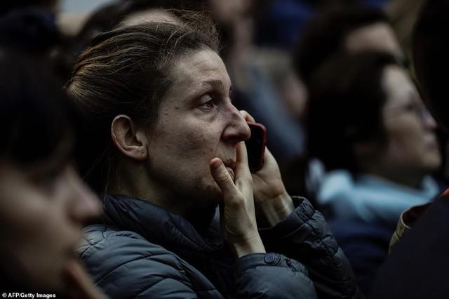 Người dân đau đớn nhìn ngọn lửa dữ dội trước mắt: Paris mà không có Nhà thờ Đức Bà thì không còn là Paris nữa - Ảnh 8.