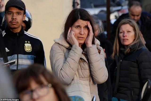 Người dân đau đớn nhìn ngọn lửa dữ dội trước mắt: Paris mà không có Nhà thờ Đức Bà thì không còn là Paris nữa - Ảnh 9.