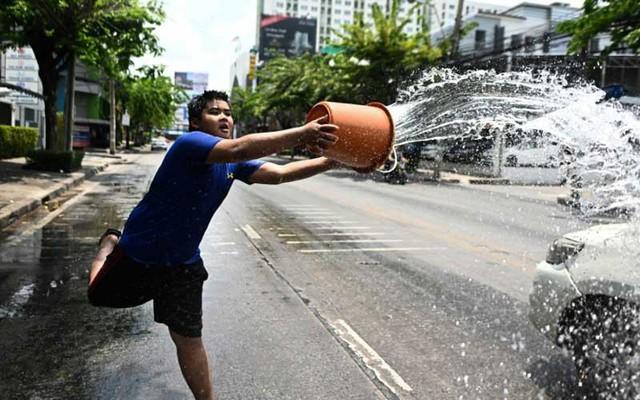 Songkran 2019: Bangkok bùng nổ với các màn té nước vui hết nấc, người dân Yangon lại té xà phòng độc đáo - Ảnh 10.