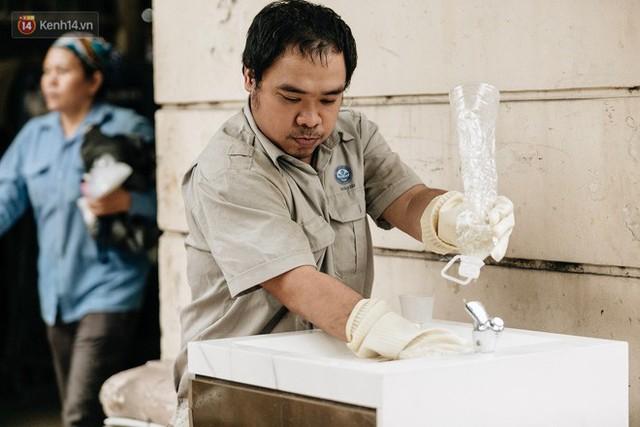 Trụ nước sạch miễn phí xuất hiện ở Hà Nội: Người thích thú, người lầm tưởng là... bồn rửa tay - Ảnh 1.