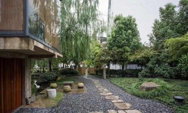 Căn nhà 2 tầng thô mộc theo phong cách Nhật Bản với lớp tường kính kết nối thiên nhiên, ẩn chứa vạn điều bất ngờ khiến nhiều người thích thú - Ảnh 2.