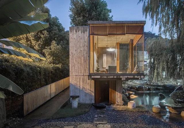 Căn nhà 2 tầng thô mộc theo phong cách Nhật Bản với lớp tường kính kết nối thiên nhiên, ẩn chứa vạn điều bất ngờ khiến nhiều người thích thú - Ảnh 4.