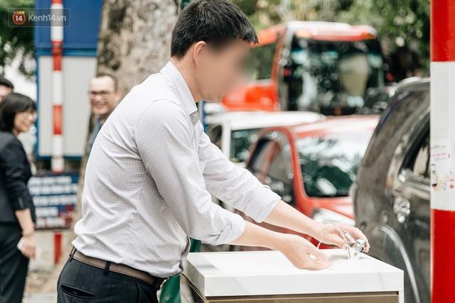 Trụ nước sạch miễn phí xuất hiện ở Hà Nội: Người thích thú, người lầm tưởng là... bồn rửa tay - Ảnh 8.