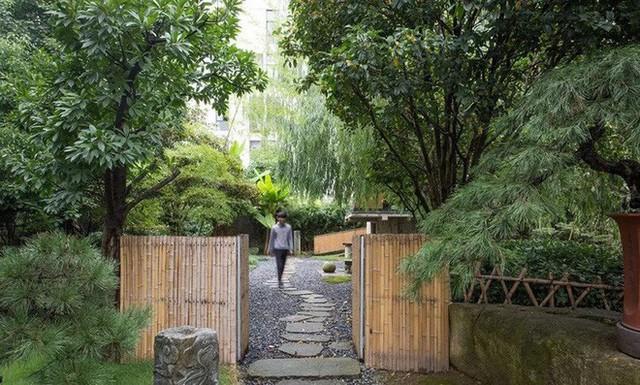Căn nhà 2 tầng thô mộc theo phong cách Nhật Bản với lớp tường kính kết nối thiên nhiên, ẩn chứa vạn điều bất ngờ khiến nhiều người thích thú - Ảnh 5.