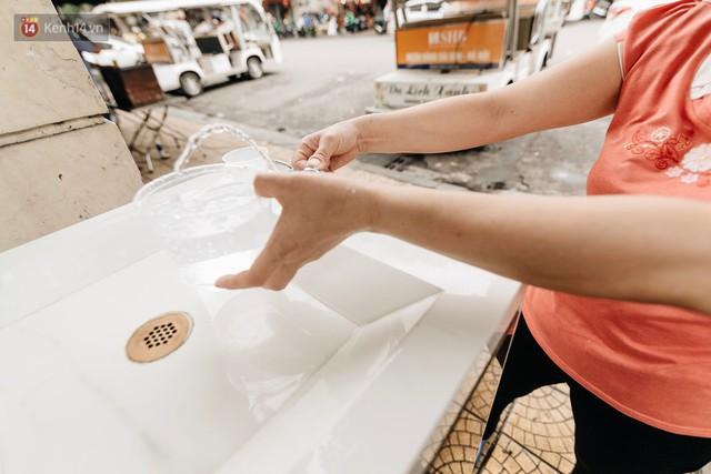 Trụ nước sạch miễn phí xuất hiện ở Hà Nội: Người thích thú, người lầm tưởng là... bồn rửa tay - Ảnh 9.