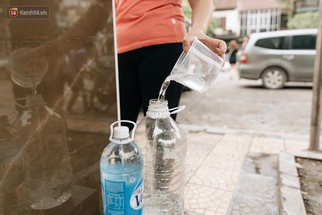 Trụ nước sạch miễn phí xuất hiện ở Hà Nội: Người thích thú, người lầm tưởng là... bồn rửa tay - Ảnh 10.