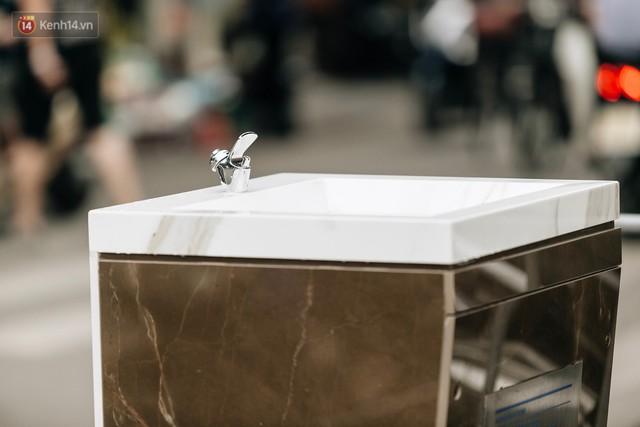 Trụ nước sạch miễn phí xuất hiện ở Hà Nội: Người thích thú, người lầm tưởng là... bồn rửa tay - Ảnh 11.