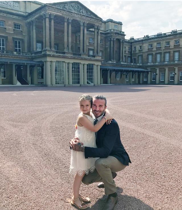 Tiểu công chúa Harper Beckham: Cuộc sống quý tộc phủ kín bằng tình thân và hàng hiệu của cô bé hạnh phúc nhất Hollywood - Ảnh 8.