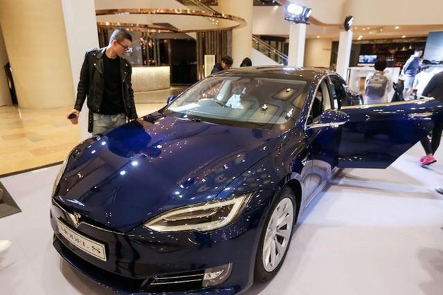 Chỉ với mẩu giấy dán mặt đường, phòng nghiên cứu bảo mật của Tencent hack thành công xe Tesla - Ảnh 1.