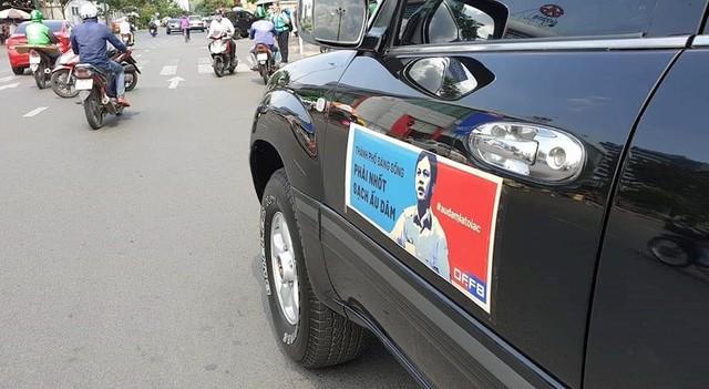 Người dân dán hình nghi phạm dâm ô trẻ em Nguyễn Hữu Linh lên ô tô diễu phố - Ảnh 4.