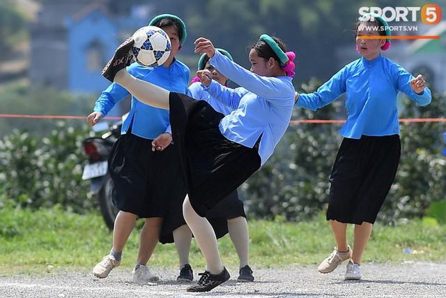 Cánh đàn ông địu con ngắm chị em mặc váy, xỏ giày biểu diễn bóng đá kỹ thuật chẳng kém Quang Hải - Ảnh 15.