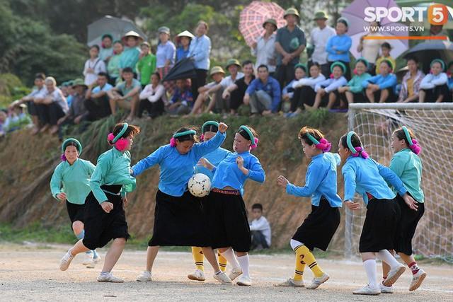 Cánh đàn ông địu con ngắm chị em mặc váy, xỏ giày biểu diễn bóng đá kỹ thuật chẳng kém Quang Hải - Ảnh 18.