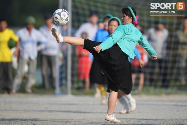 Cánh đàn ông địu con ngắm chị em mặc váy, xỏ giày biểu diễn bóng đá kỹ thuật chẳng kém Quang Hải - Ảnh 19.