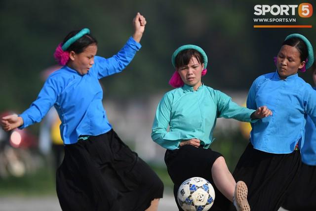 Cánh đàn ông địu con ngắm chị em mặc váy, xỏ giày biểu diễn bóng đá kỹ thuật chẳng kém Quang Hải - Ảnh 22.