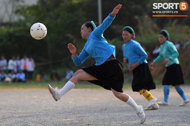 Cánh đàn ông địu con ngắm chị em mặc váy, xỏ giày biểu diễn bóng đá kỹ thuật chẳng kém Quang Hải - Ảnh 24.