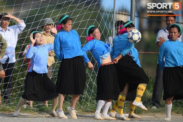 Cánh đàn ông địu con ngắm chị em mặc váy, xỏ giày biểu diễn bóng đá kỹ thuật chẳng kém Quang Hải - Ảnh 30.